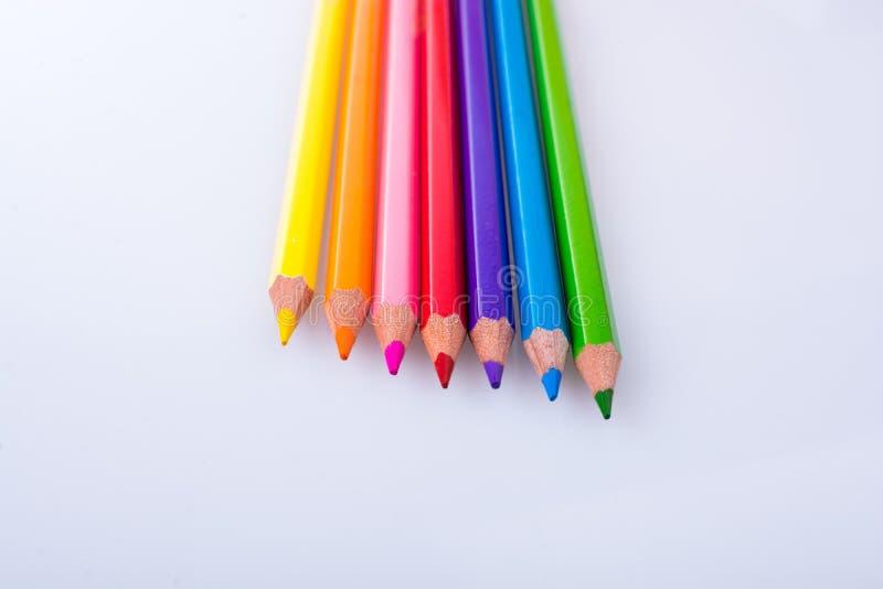 Карандаши цвета помещенные на белой предпосылке стоковые фотографии rf