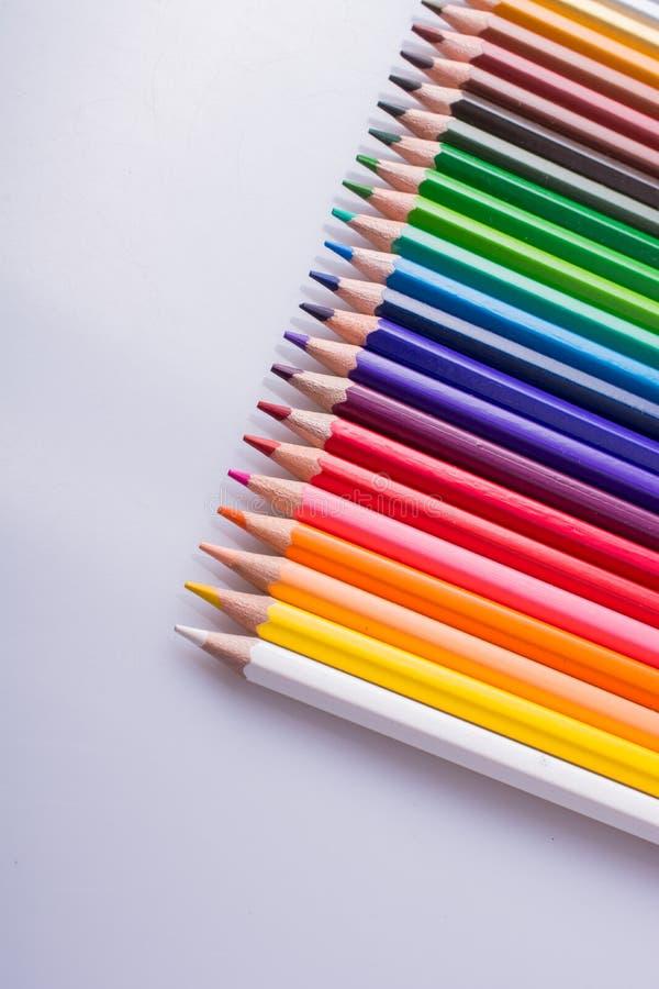 Карандаши цвета помещенные на белой предпосылке стоковые изображения rf
