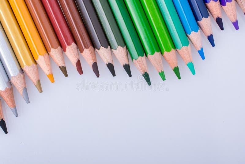 Карандаши цвета помещенные на белой предпосылке стоковое фото