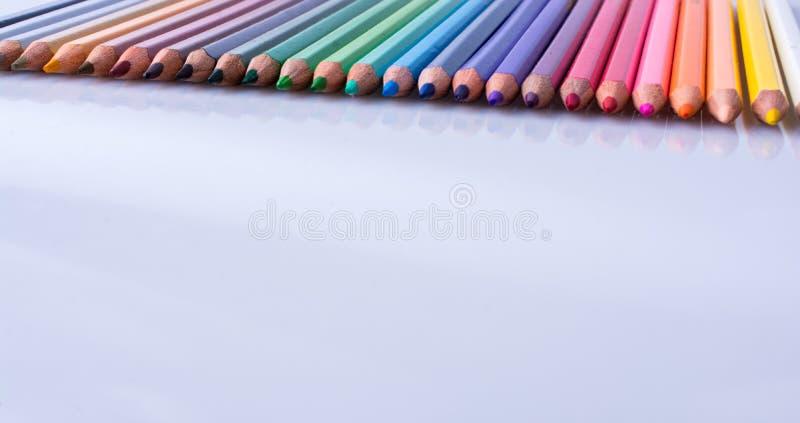 Карандаши цвета помещенные на белой предпосылке стоковая фотография