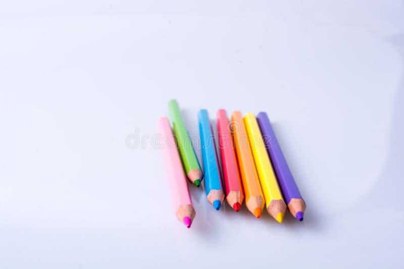 Карандаши цвета помещенные на белой предпосылке стоковая фотография rf