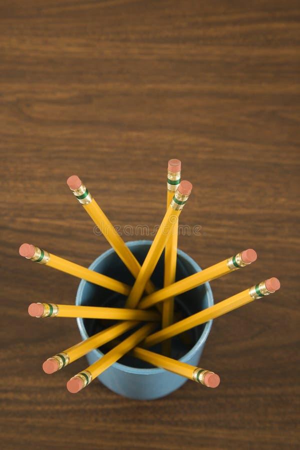 карандаши чашки полные стоковые изображения rf