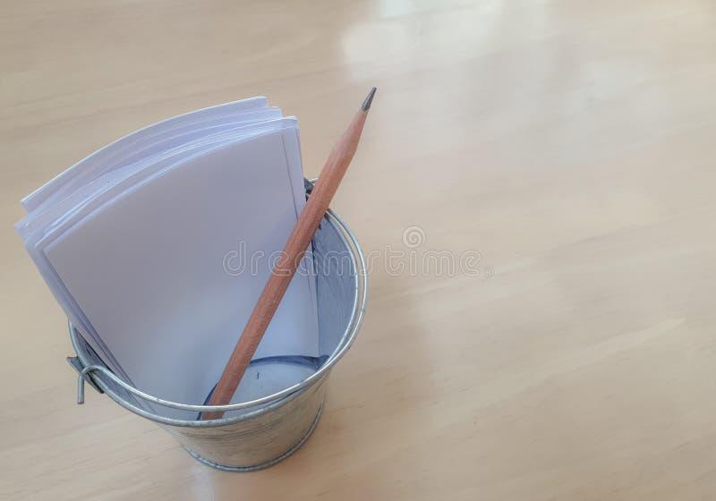 Карандаш и белые бумаги в крошечном стальном держателе карандаша стоковое изображение rf