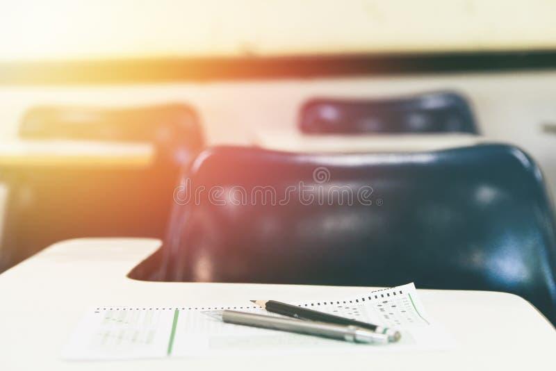 Карандаш и бумажные экзамены писать в классе для теста образования на таблице стоковые фотографии rf
