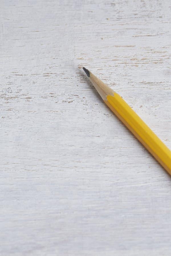 Карандаш на белой деревянной предпосылке стоковое фото rf