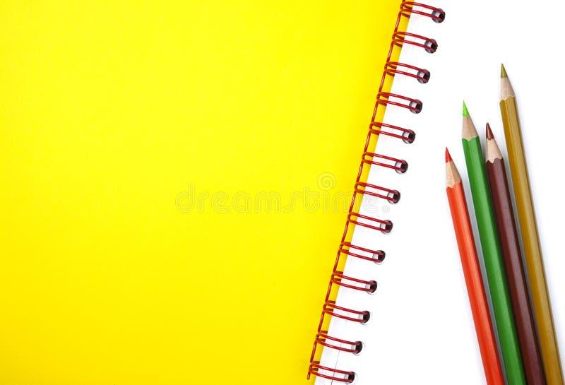 Карандаши и учебник стоковые фотографии rf