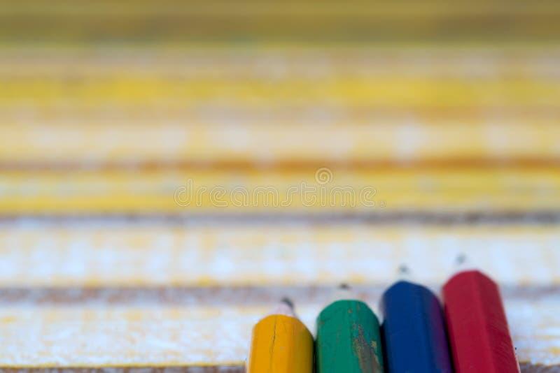 Карандаши на деревянном столе задняя школа к стоковые фото