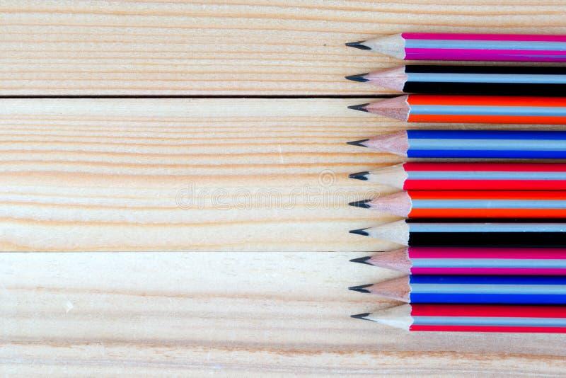 Карандаши на деревянном столе задняя школа к стоковые изображения