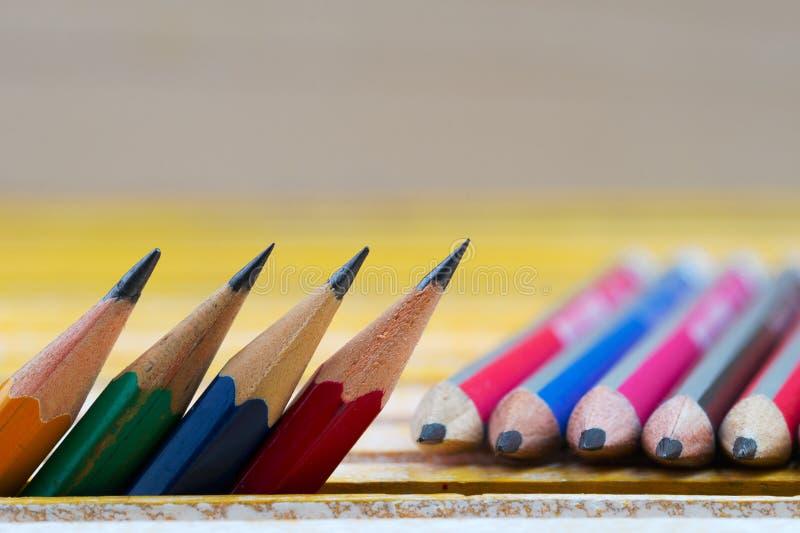 Карандаши на деревянном столе задняя школа к стоковое изображение