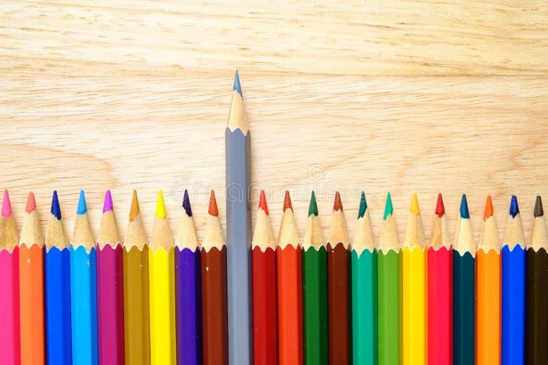 Карандаши цвета на деревянной предпосылке стоковые фото
