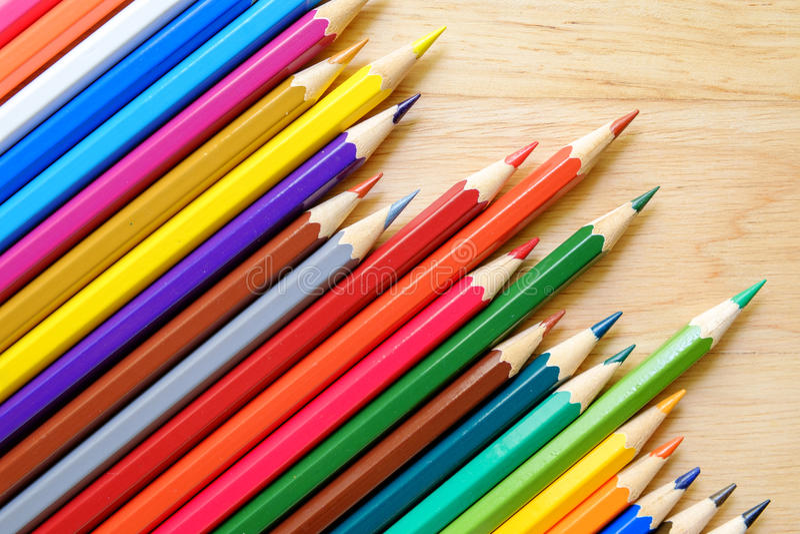 Карандаши цвета на деревянной предпосылке стоковые фотографии rf