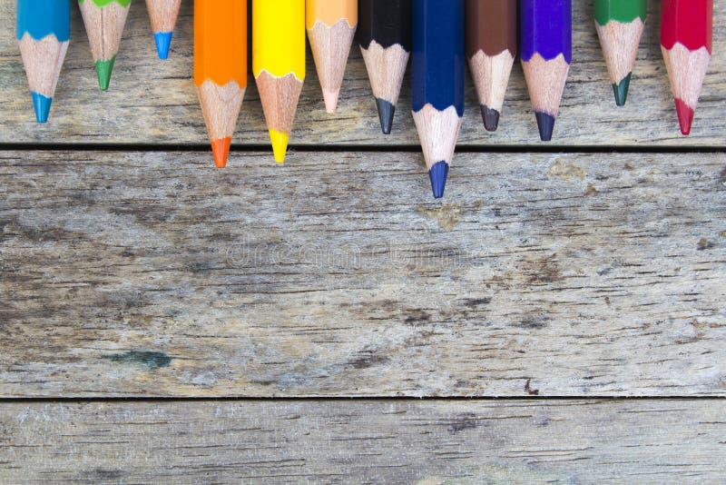 Карандаши цвета на деревянной планке стоковые изображения rf