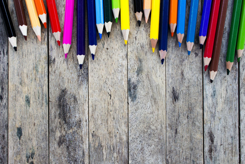 Карандаши цвета на деревянной планке стоковые фото