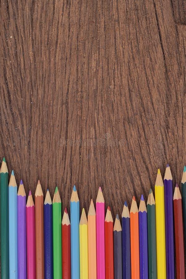 Карандаши цвета на деревянной стене для работы стоковая фотография rf