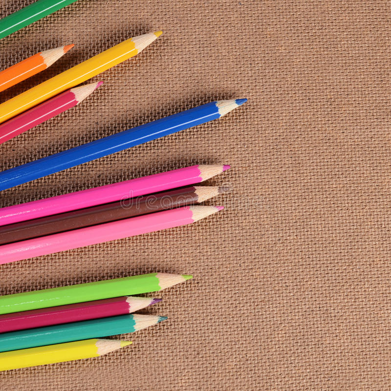 Карандаши цвета на доске стоковые изображения rf