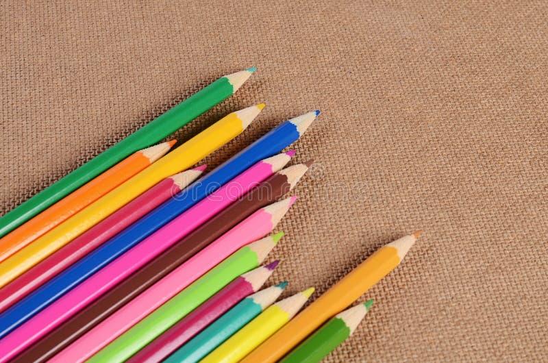 Карандаши цвета на доске стоковые изображения