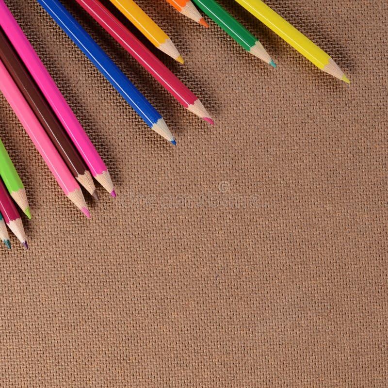 Карандаши цвета на доске стоковые фото