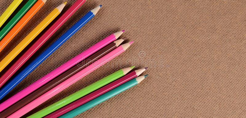 Карандаши цвета на доске стоковое изображение
