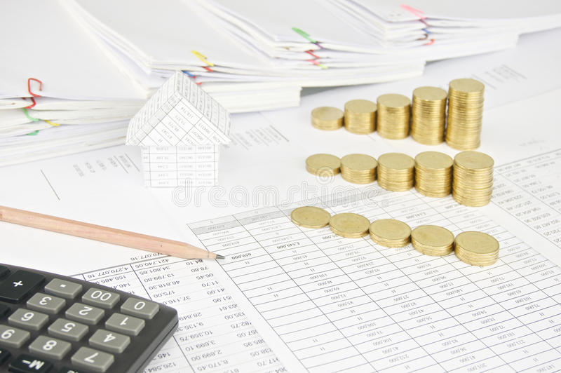 Карандаш Брайна с золотыми монетками шага дома и группы стоковая фотография rf