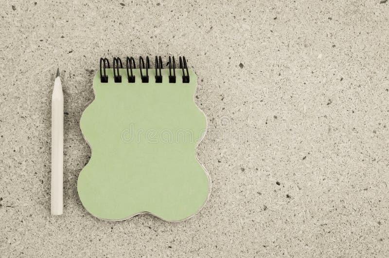 Карандаш и тетрадь на таблице стоковые изображения rf