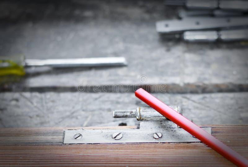Карандаш плотника на старой двери стоковые фотографии rf