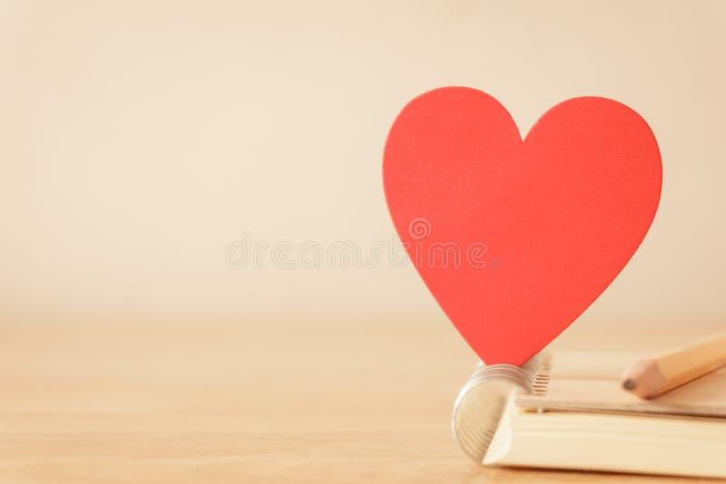 Карандаш, тетрадь и красное сердце - винтажный тон стоковые изображения rf