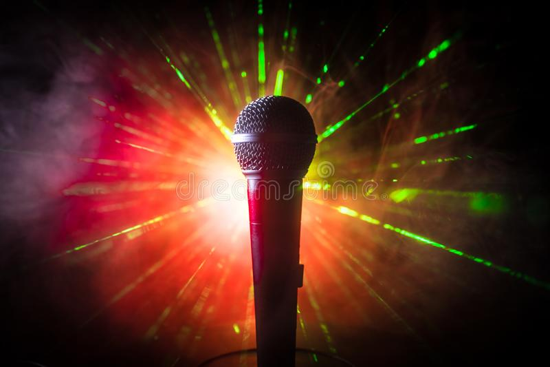 Караоке микрофона, концерт Вокальный аудио mic в нижнем свете с запачканной предпосылкой Живая музыка, звуковое оборудование Конц стоковая фотография rf