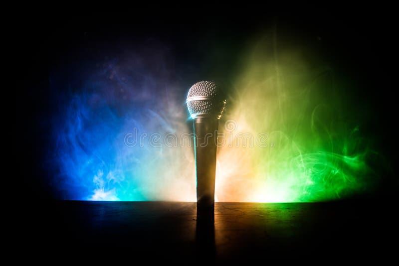 Караоке микрофона, концерт Вокальный аудио mic в нижнем свете с запачканной предпосылкой Живая музыка, звуковое оборудование Конц стоковое изображение rf