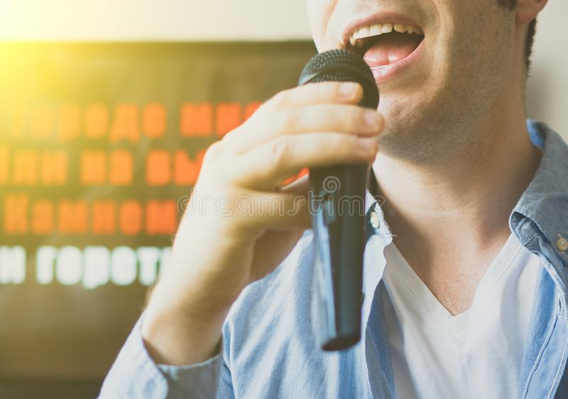 Караоке петь человека стоковые фото