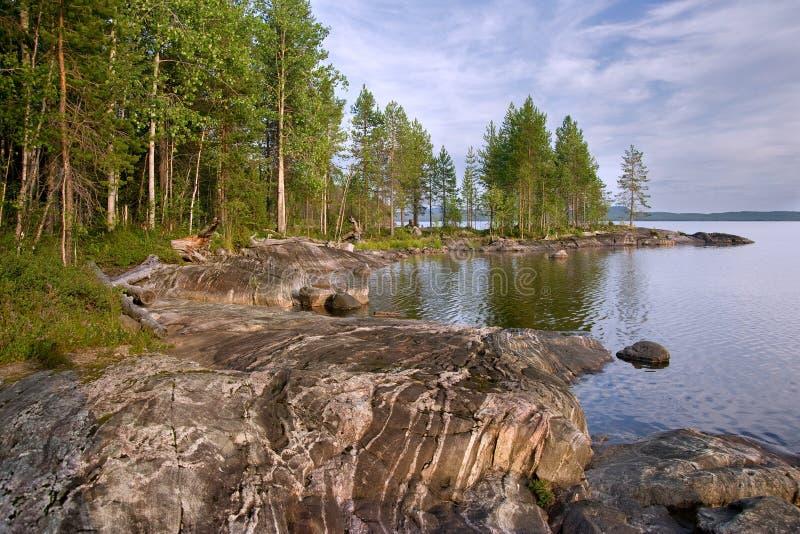 карельский камень берега озера стоковое фото
