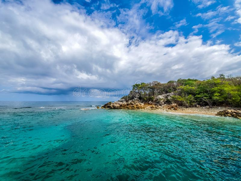 Карибский остров с океаном и небом стоковые фото
