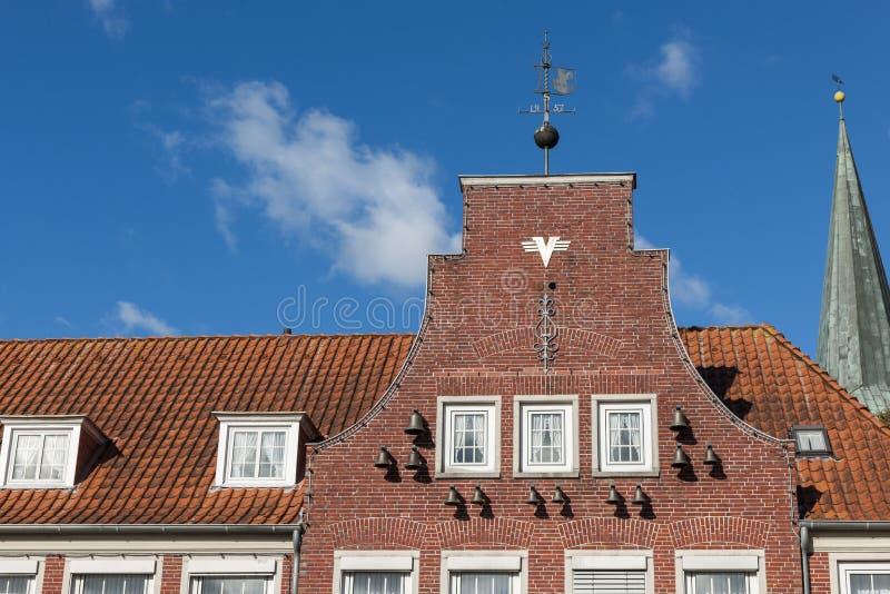 Карильон на стене дома горизонтальной стоковые фотографии rf