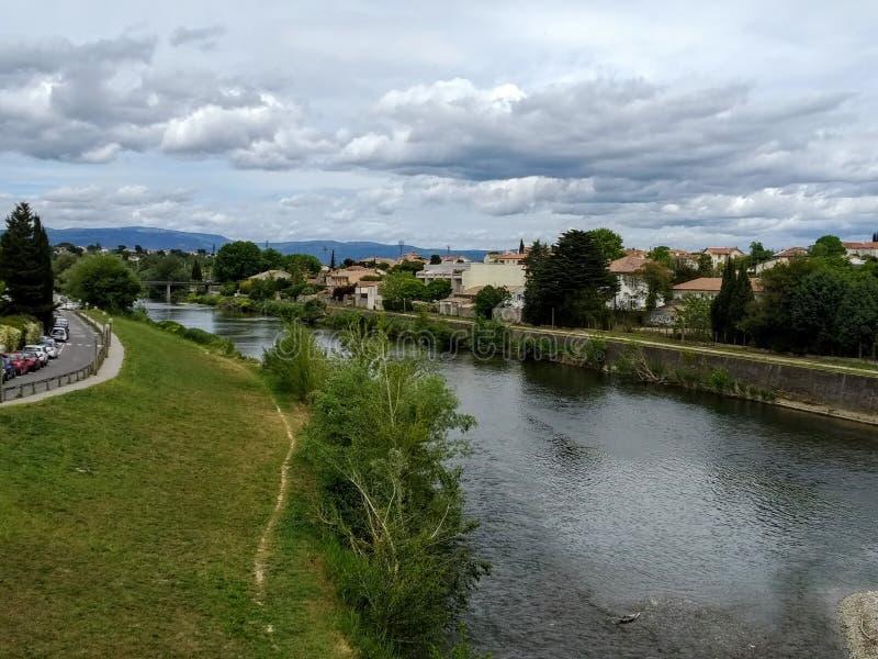 Каркассон, Франция Взгляд от моста к реке и деревне стоковое изображение