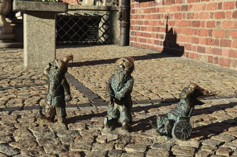 Карлики Wroclaw's около старой ратуши, Польши стоковые изображения rf