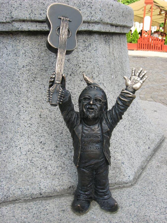 Карлик Wroclaw с гитарой стоковое фото rf
