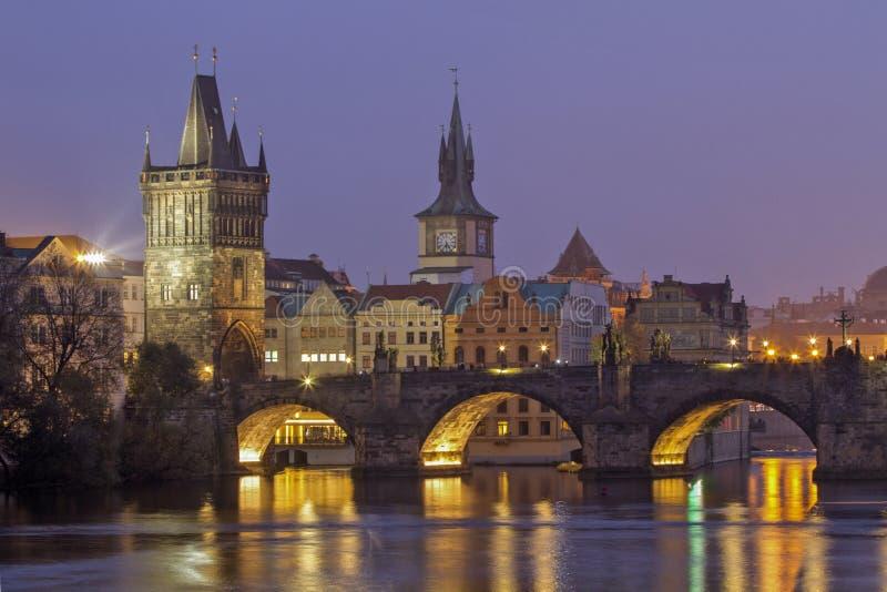 Карлов мост во время туманного вечера Взгляд ночи реки Влтавы и Карлова моста Прага стоковые фото