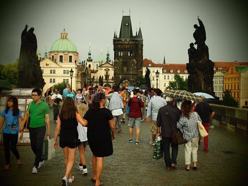 Карлов мост исторический мост который пересекает реку Влтавы в Праге, чехия стоковая фотография rf