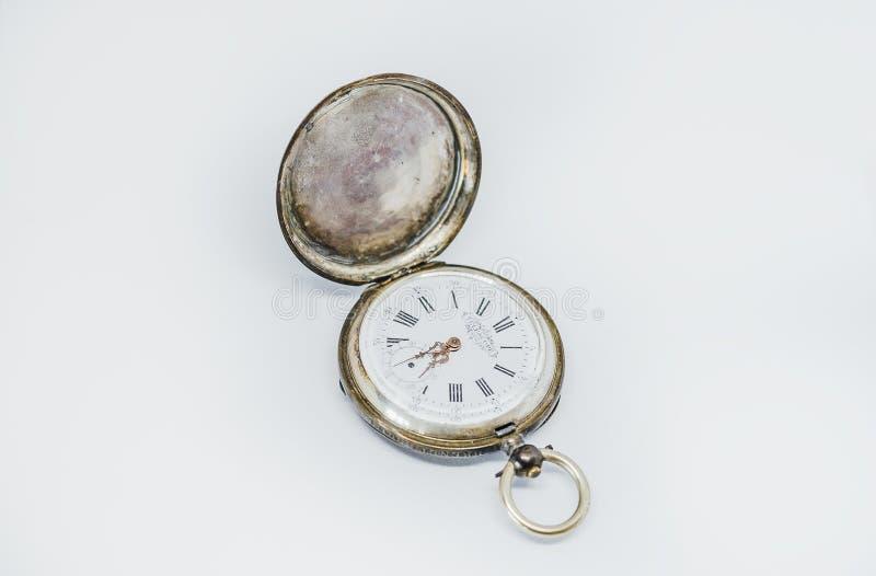 Карманные винтажные наручные часы на белой предпосылке стоковое изображение
