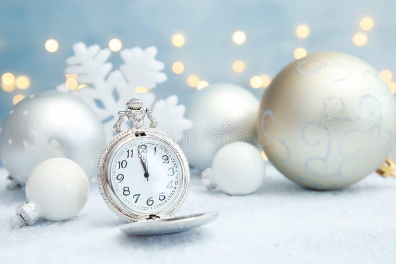 Карманный вахта и оформление на таблице christmas countdown стоковое фото rf