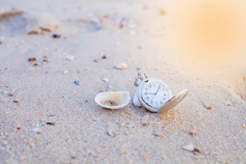 Карманный компас на пляже моря стоковое изображение rf