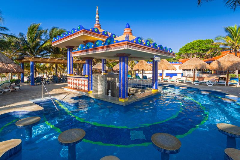 Кармен, Мексика - 16-ое июля 2011: Роскошный пейзаж бассейна на гостинице RIU Юкатана стоковые фотографии rf