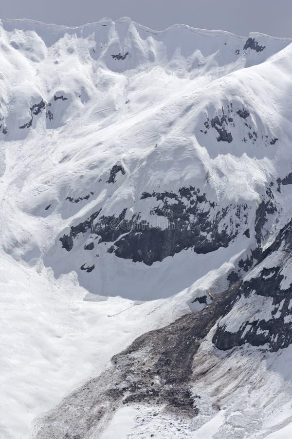 Download Карнизы лавины и снега весны Стоковое Изображение - изображение насчитывающей вспомогательного, hiking: 41660335