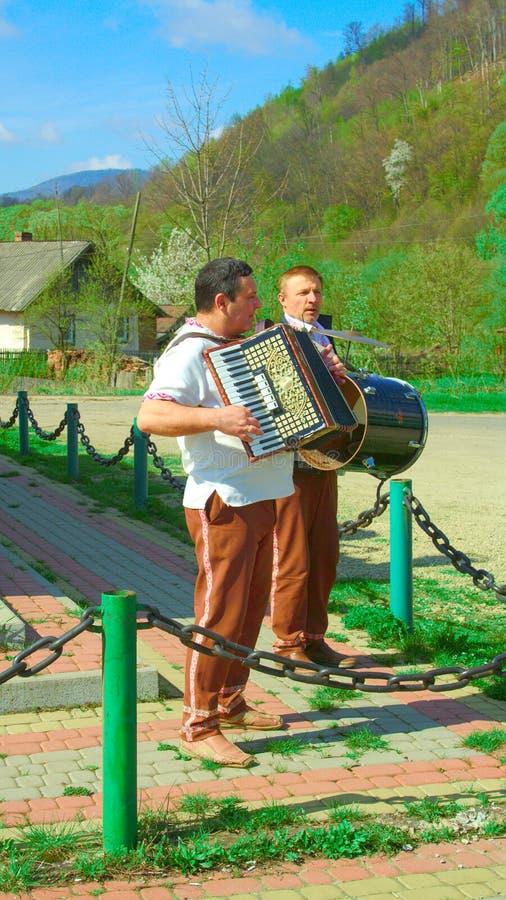 Карпаты, Украина - 18-ое апреля 2016: Украинский фольклорный музыкант-дуэт, Галиция, Украина стоковые фотографии rf