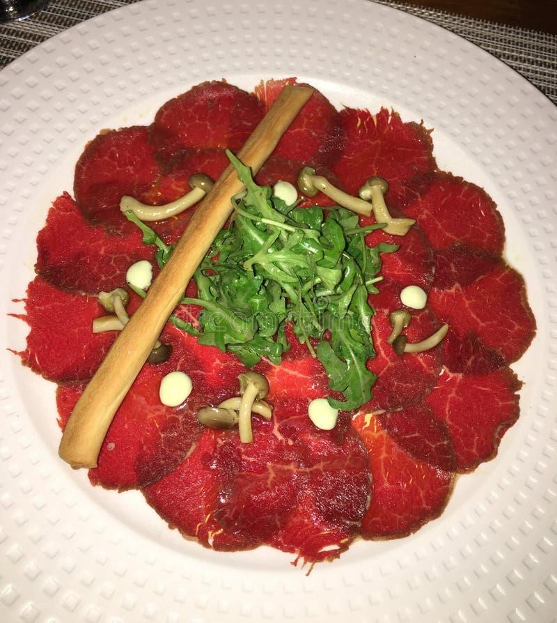 Карпаччо из говядины с arugula и подосиновиком стоковое фото