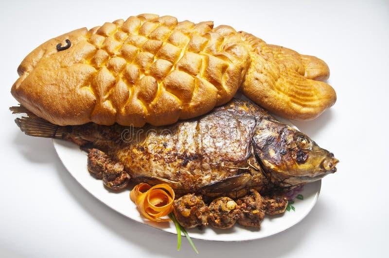 Карп заполненный с хлебом в форме рыб стоковые фотографии rf