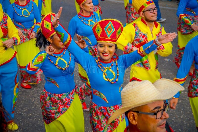 КАРТАГЕНА, КОЛОМБИЯ - НОЯБРЬ 07 НОЯБРЯ 2019 ГОДА: Счастливая королева красоты парадует на параде независимости на улицах стоковые фотографии rf