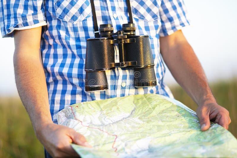 Карта биноклей рубашки checkered пешая стоковая фотография rf