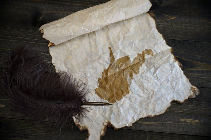 Карта государства Западной Вирджинии на винтажной бумаге со старой ручкой на деревянном столе текстуры стоковые фотографии rf