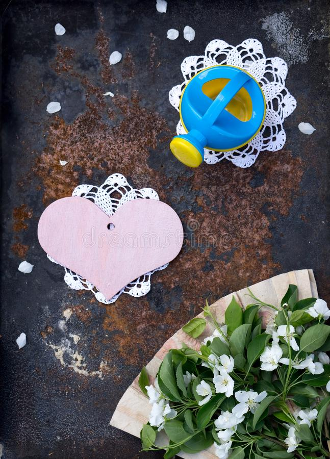 Карта дня Валентайн с деревянным розовым сердцем, цветок яблока с вентилятором handmade обработки документов и моча консервная ба стоковое фото