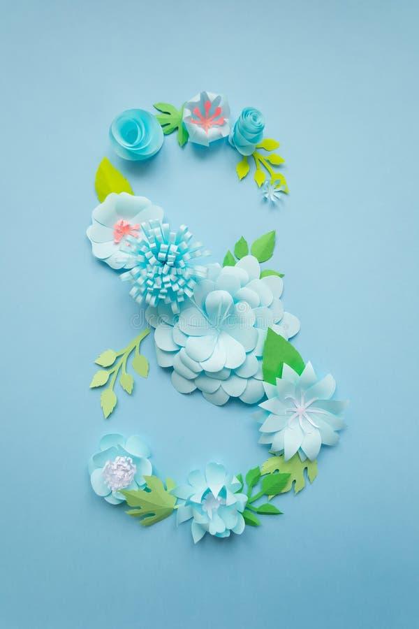 Карта дня женщин 8-ое марта с голубыми бумажными цветками стоковое фото rf